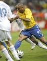 图文:巴西0-1法国 罗纳尔多带球突破