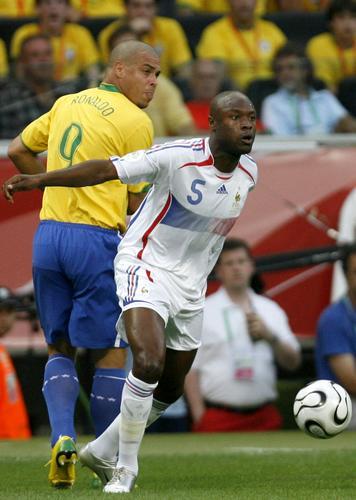 图文:巴西0-1法国 加拉斯带球过人