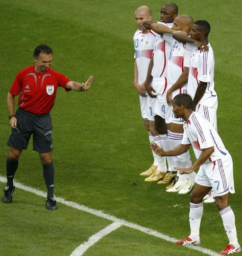图文:巴西0-1法国 法国球员站人墙