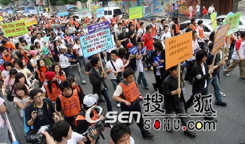 组图:韩国影人发起抗议游行 与警察展开冲突