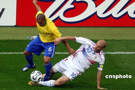 法国淘汰巴西:卡洛斯与齐达内争抢激烈