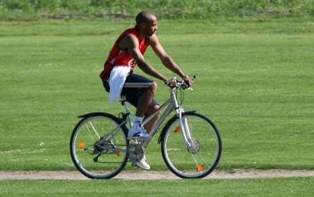 图文:葡萄牙VS法国前瞻 亨利骑单车放松