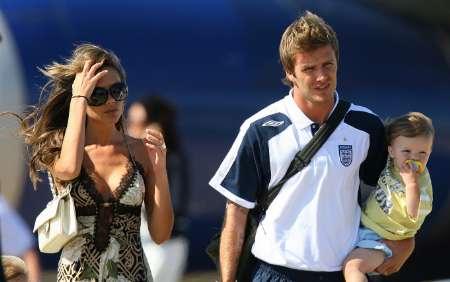 组图:英格兰被淘汰 贝克汉姆携妻儿回家