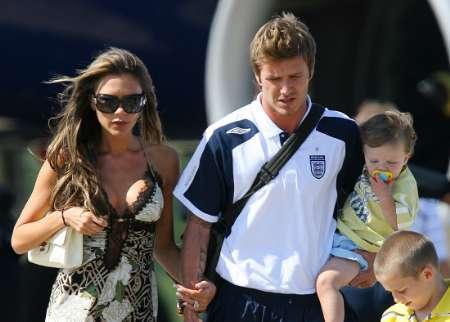 组图:英格兰被淘汰 贝克汉姆携妻儿回家全程
