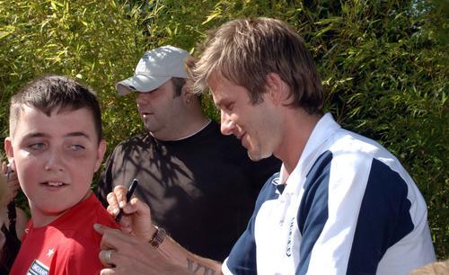 图文:贝克汉姆返回伦敦 为铁杆球迷签名