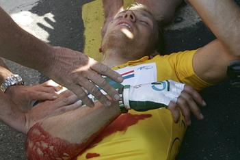 环法第一赛段黄衫易主 胡舒福德意外重伤居第二