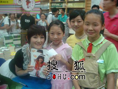 谢娜上海签售新书 胡歌排队买书等要签名(图)