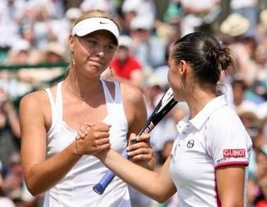 图文:莎拉波娃晋级八强 莎娃赛后安慰对手