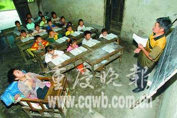 课,一边照顾,放学了,他们又将儿子背回家.坚持整整12