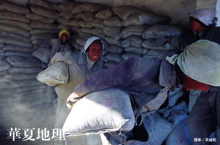 图文:工人们在拉萨建材市场搬运水泥