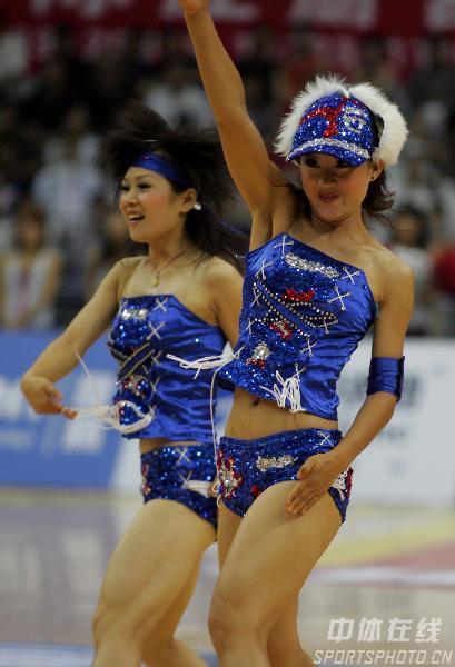 组图:四国女篮对抗赛 现场篮球宝贝表演助兴