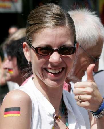 组图:德国VS意大利 德国女球迷赛前风采