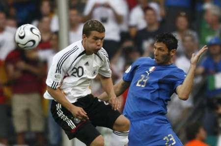 图文:德国VS意大利 波多尔斯基找不到球