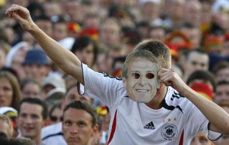 图文:德国VS意大利 德国球迷佩戴面具
