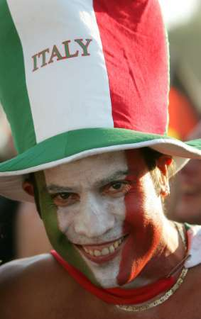 """图文:德国VS意大利 """"恐怖""""的意大利球迷"""