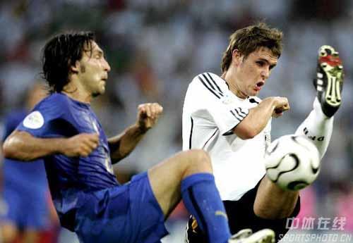 图文:德国VS意大利 双方队员拼抢激烈