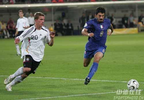 图文:德国0-2意大利 意大利队加图索带球突破