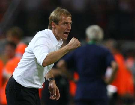 图文:德国0-2意大利 克林斯曼场边指挥作战