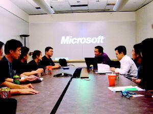 """盖茨邀中国学子进微软 12学生领略""""未来之屋"""""""