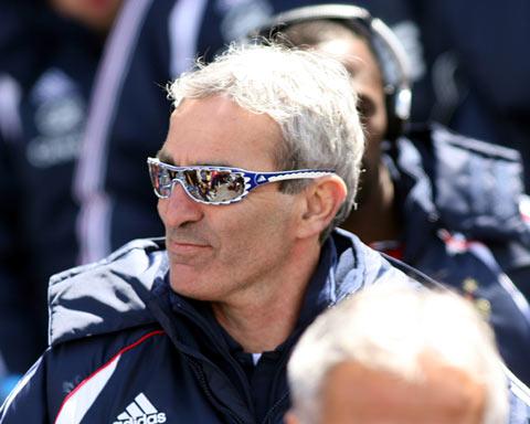 图文:法国队提涅备战世界杯 主帅多梅内克够酷