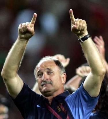 图文:欧锦赛葡萄牙2-1荷兰 欢庆胜利的斯科拉里