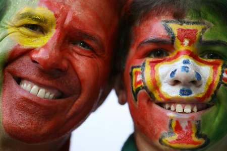 """图文:葡萄牙VS法国 """"漂亮""""的葡萄牙球迷"""