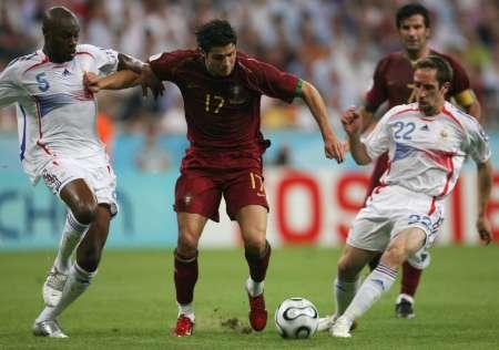 图文:葡萄牙VS法国 C-罗纳尔多的带球突破