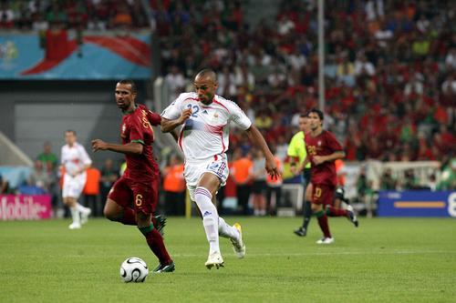 图文:葡萄牙0-1法国 亨利快速带球前进
