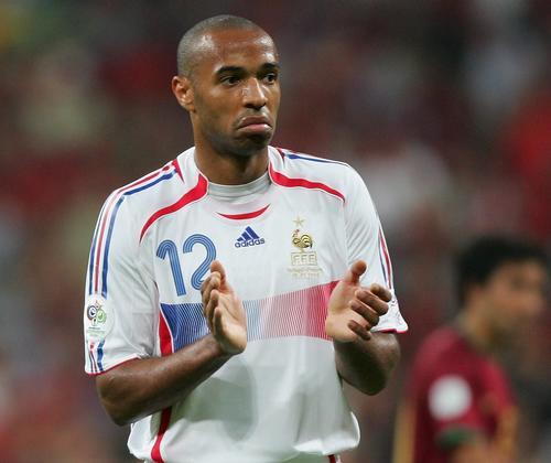 图文:葡萄牙0-1法国 亨利鼓掌庆祝胜利