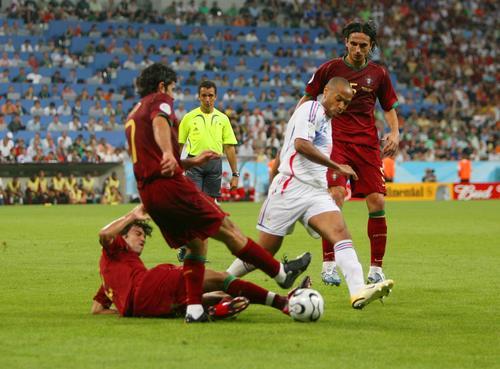 图文:葡萄牙0-1法国 葡萄牙球员围抢亨利