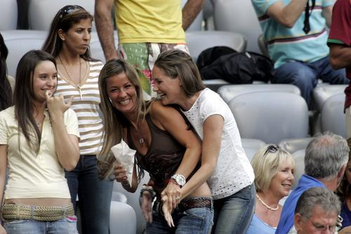 图文:葡萄牙0-1法国 齐达内与亨利家属看比赛