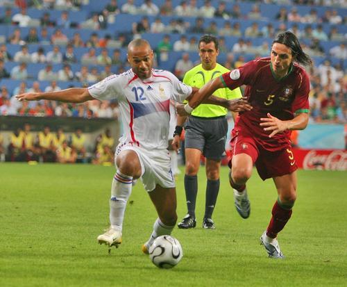 图文:葡萄牙0-1法国 亨利拼命抢球