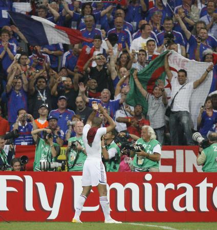图文:葡萄牙0-1法国 球员亨利赛后向球迷致谢