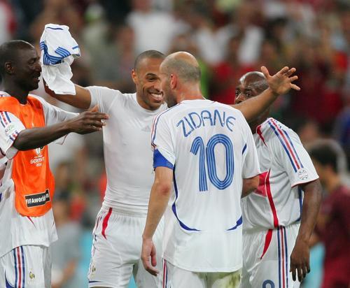 图文:葡萄牙0-1法国 亨利与齐达内庆祝胜利