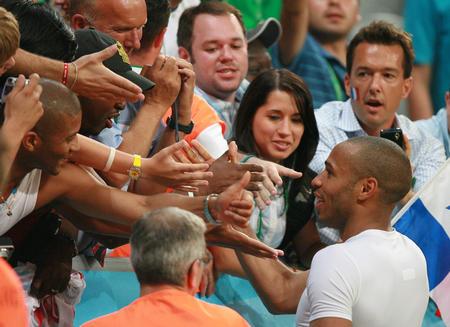 图文:葡萄牙0-1法国 亨利赛后接受球迷祝贺