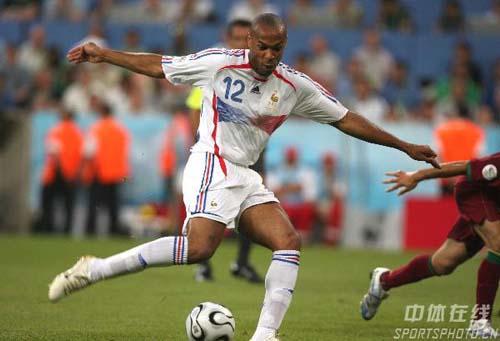 图文:葡萄牙0-1法国 亨利停球后妙传对友