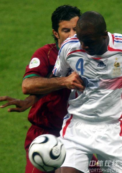 图文:葡萄牙0-1法国 菲戈积极参与防守