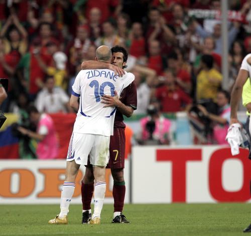图文:葡萄牙0-1法国 菲戈与齐达内拥抱