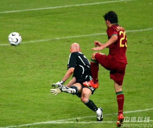 图文:葡萄牙0-1法国 库佩射门瞬间