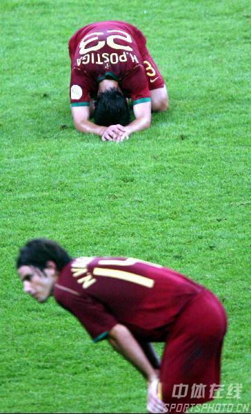 图文:葡萄牙0-1法国 葡萄牙队员很失落