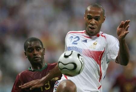 图文:葡萄牙0-1法国 亨利腿部停球过人