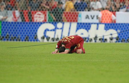 图文:葡萄牙0-1法国 波斯蒂加赛后长跪不起
