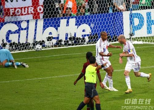 组图:葡萄牙0-1法国 齐达内点球建功瞬间