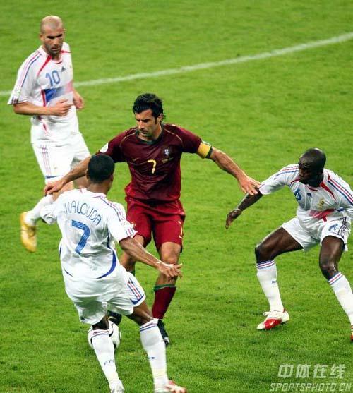 图文:葡萄牙0-1法国 葡萄牙队菲戈陷入重围