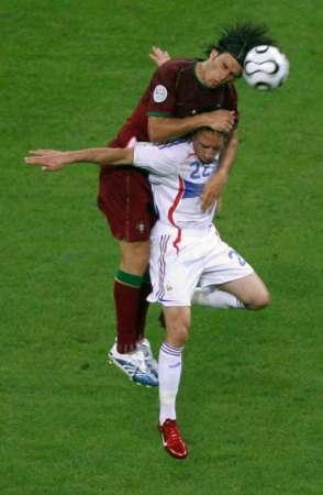 图文:葡萄牙0-1法国 双方球员争抢头球