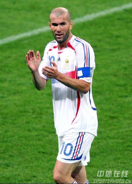 图文:葡萄牙0-1法国 老将齐达内答谢球迷