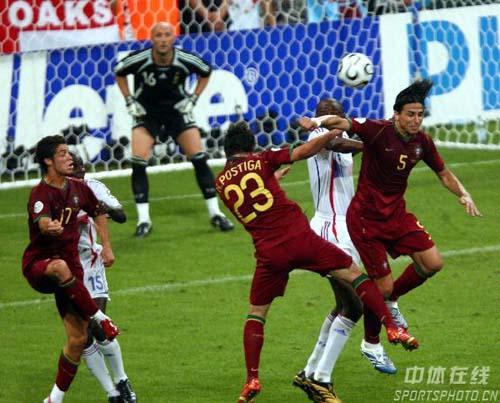 图文:葡萄牙0-1法国 双方在法国队门前大战