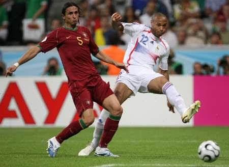图文:葡萄牙0-1法国 亨利抬脚射门