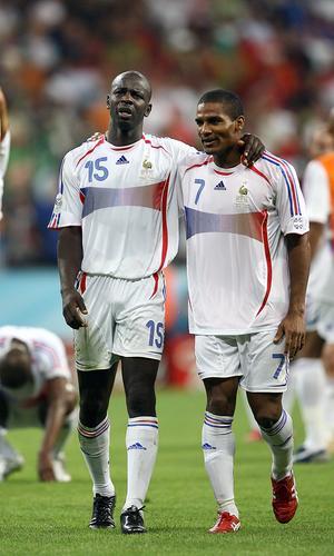 组图:葡萄牙0-1法国 图拉姆与队友庆祝胜利