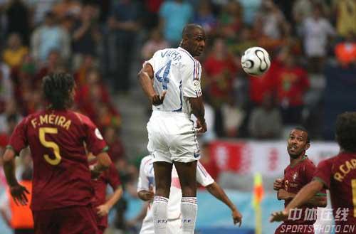 图文:葡萄牙0-1法国 法国队4号维埃拉顶头球